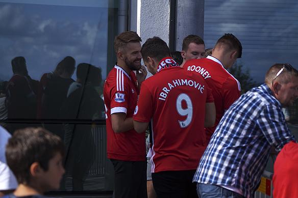 Beundrande fans väntar på Zlatan utanför hotellet Sankt Jörgen Park på Hisingen. Foto: Peter Ahlborg