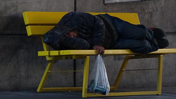 De kommande tältlägren för asylsökande kommer att bli dyra, 500 miljoner kronor för 3 000 platser. - Jag blir arg och upprörd när jag ser att Sverige inte hjälper de hemlösa - men har råd att bygga tältläger för asylsökande för 500 miljoner, säger Peter Ahlborg. Foto: Peter Ahlborg